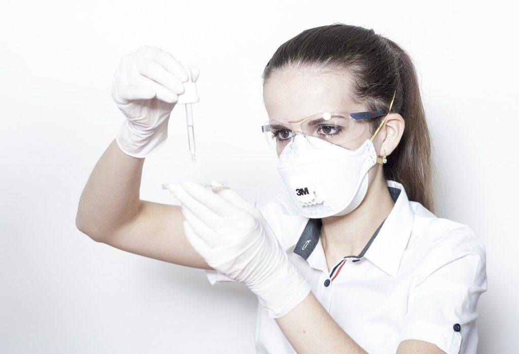 Bild von Frau mit Atemschutzmaske gegen Coronavirus